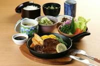 牛フィレステーキ・サラダ・茶碗蒸し・ご飯・味噌汁・お新香