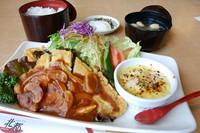 大皿に日替わり料理2品・サラダ・ご飯・味噌汁・お新香