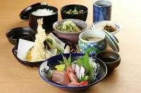 和食の定番、揚げたて天ぷらとお刺身のお昼限定メニューです。(茶碗蒸し付き)
