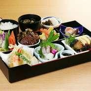 お刺身・天ぷら・牛ステーキなど色々とはいってます。