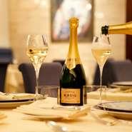 柳舘シェフが修業したシャンパーニュ地方にちなみ、常時80種以上のシャンパンを揃えています。料理と共に互いを高め合う食中酒として、その日の食材に適したスペシャルなシャンパンが味わえます。
