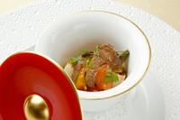 炭焼きした野菜をオーダー後に手早くマリネし、野菜の美味しさを引き立てるサーモンを添えています。