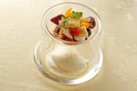 こくのある牛乳に塩と砂糖だけを加えたピュアなシャーベット。日本の季節のフルーツを添えています。