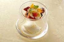 『プレミアムミルクと塩のソルべ 季節のフルーツ添え』