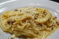 グアンチャーレ(豚ほほ肉をスモークした生ハム)にリコッタチーズを使用した、もちもちした食感の自家製粒状パスタの一種、香ばしい!