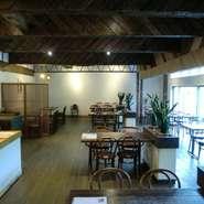昭和30年代の木造建築の旅館 大宴会場だったところをカフェ風にリフォーム 珍しい天井の梁はそのまま。