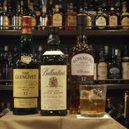 約400種類のウイスキーが並び、ジャズが流れる落ち着いた、おしゃれな雰囲気の中、お話しいただけます。 ワイン、カクテル、焼酎などもございます。