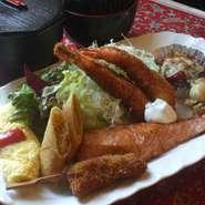 サーモンソテー、エビフライ、ハンバーグ、串カツ、ホタテ、春巻き、たまご ご飯、味噌汁、ドリンク