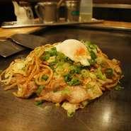 モチモチの太麺焼きそばにガーリック、九条ネギ、温泉卵をのせた、一度食べたらやみつき間違いなしの一品。