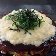 昆布と厚削りの節をたっぷり使い出汁をとります。そこに鶏スープを合わせ、隠し味に貝柱を。