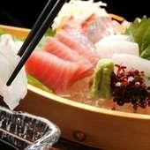 新鮮な旬の魚介類を思う存分堪能できる『トロ箱盛』