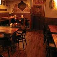 木目の温もりある開放的な空間が当店の特徴。楽しい一時をお過ごしください。