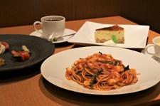 前菜の盛り合わせ、パスタ、スープ、デザート、ドリンクがセットになった、ちょっとリッチなコースです。