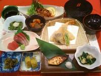 新鮮お造り、天ぷら、有田鶏の照焼、ひらす西京焼、、小鉢三種、ご飯、味噌汁、香の物