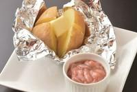 函館では、ホクホクのじゃがいもに、バターと烏賊の塩辛をのせて一緒に食べます。  写真はイメージです。