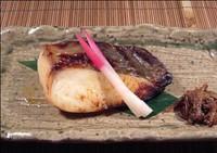 魚魚一の西京漬は北洋産の新鮮な銀鱈を、風味豊かな特製の白味噌に丁寧に漬け込み焼き上げた逸品です。
