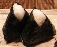 炊きたてアツアツのごはんの中に昔ながらの定番、梅干し(紀州産)と減塩焼たらこを入れました。