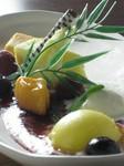本日のケーキに季節のシャーベットとアイスクリームを添えて、旬のフルーツで彩り豊かに飾りました!!