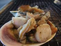 半分に切った大アサリを直火で焼き、醤油や酒などでシンプルに味付けしたもの。