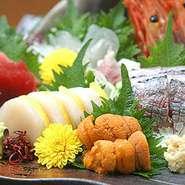 北は『北海道』から南は『九州』と季節にあわせて様々な新鮮な魚貝類が毎日届き厨房を賑やかにしています。