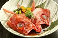 注文が入ってから料理長が腕を奮う『煮魚』は、その日の素材によって、「かぶと」「一尾まるごと」「切身」と姿も変わります。