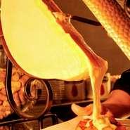 スイスやフランスのザヴォア地方に伝わるお料理でラクレットというチーズを使って作ります。ラクレットとはフランス語で''削る''という意味。