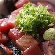 土佐沖の鰹を丼ぶりにしてみました。県内外のお客様に大好評!天然の魚料理を独自の技術とタレで仕上げました。