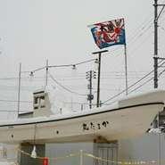 舟が目印。新潟の新鮮な本ずわいがにと海の幸をご賞味下さい。