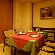 6名~10名様のテーブル席で、個室風スペースをご用意しております。周りを気にせずお愉しみ頂けるので、会食や接待、パーテイーでのご利用にも好評です。