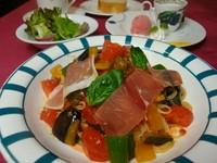 喉ごしのいい細麺のカッペリーニに、日替わりでトマトソース、バジリコ風味、ピリ辛ミートソース等味わえる