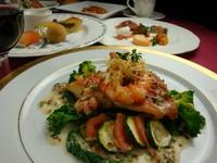 前菜盛り合わせがついて、パスタかスープ・お魚料理かお肉料理。お好みに合わせて楽しめるコースです。