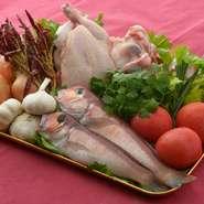「鶏ガラ」をはじめ、厳選の食材でつくるオリジナルソース