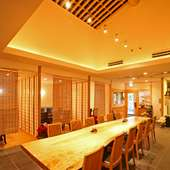 大テーブルは、国産 栃の一枚板、太丸太の吹き抜け天井