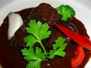 和と洋のコラボ『国産牛ホホ肉の赤ワイン煮込み』