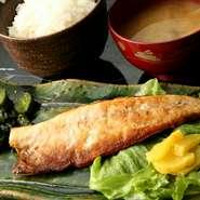 お店で注文を受けてから焼き上げる鯖。脂の乗った身を丁寧に焼き上げます。ご飯は富山県コシヒカリを使用。