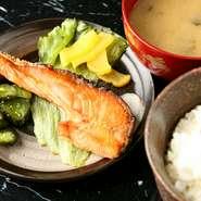 富山県の農家から直送したコシヒカリ。お店の定食・お食事で提供されますので、様々なバリエーションで楽しめます。