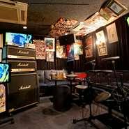 普通のカラオケとは違い、生の演奏は本当にバンドでLIVEを行っているような臨場感を楽しめる事が特長。 音の力強さを出すため、楽器や設備はマーシャル・ギブソンとブランドにもこだわっています。