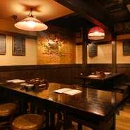 茨城の古民家をそのまま移築したという、趣あふれる空間がひろがっています。