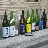 店先に並べられた全国各地の地酒の空き瓶