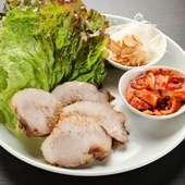看板料理の『京都もち豚のサムギョムサル』