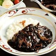 熟練の伝統の味ブラックカレーに松阪牛のみを100%使用した至極の逸品。松阪牛の旨味(松阪牛60g)を存分にご賞味ください。
