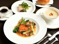 """・スープ ・メイン料理 ・小さな一皿 ・パン または ライス ※+550円でブラックカレーライスハーフサイズに変更いたします。 ・小コーヒー ※+110円で""""カルトサイズ""""に変更いたします。"""