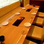 仕切りのあるテーブル席は少人数から大人数まで。ゆったりくつろいでお酒をお楽しみいただけます。 貸し切りは20名様から可能です。
