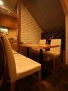 雰囲気のあるテーブル席はカップルもOK