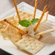 クリームチーズに、柚子の香りとまろやかな甘み、コクをプラスしました。クラッカーにつけてどうぞ。