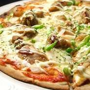 お店でしっかり作っている人気の本格手作りピザ。唐辛子とサラミがのっていて、ピリ辛な味付けのこのピザはビールとの相性抜群で、ライブを愉しみながらご堪能いただけます。