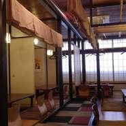大型の麻ノレンで個室空間を作り出し、落ち着いたひと時を過ごせます。