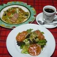 ボリュームあるサラダ3種類から選べます。パスタ・ピッツァ・ドリアが選べるランチです。