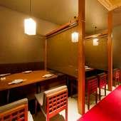 【2階】ロールスクリーンで仕切るテーブル席