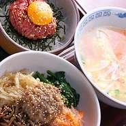 ビビンバ、ユッケ丼、スープ類も豊富です。また牛肉100%のハンバーグなどもメニューに並びます。